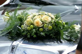 na auto chceme břečtánek do V a možná nějakou menší kytici, třeba takto, ale s bílými růžemi