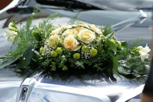 Zuzana - kytice, prsteny, dorty - na auto chceme břečtánek do V a možná nějakou menší kytici, třeba takto, ale s bílými růžemi