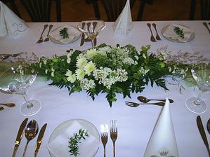 tuto dekoraci na stůl dělala floristka, od které budu mít veškerou květinovou výzdobu - snad se povede