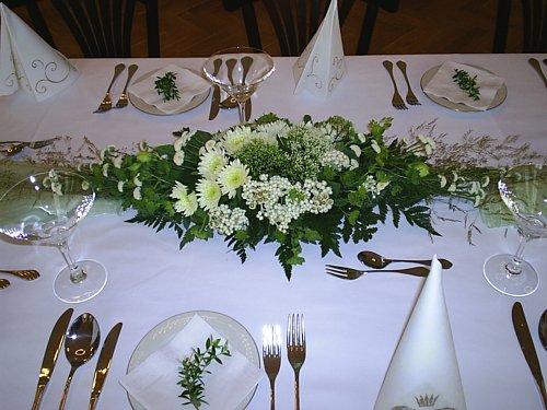 Zuzana - kytice, prsteny, dorty - tuto dekoraci na stůl dělala floristka, od které budu mít veškerou květinovou výzdobu - snad se povede