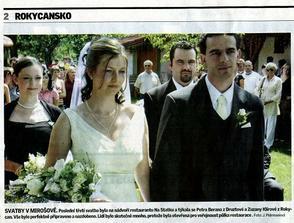 """Svoje fotky ze svatby jsme ještě ani neměli, ale tato fotka se hned v pondělí objevila v """"místním plátku"""" :)"""