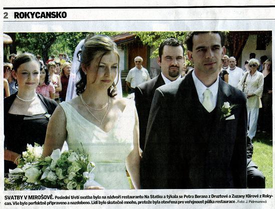 """Zuzana Klírová{{_AND_}}Petr Beran - Svoje fotky ze svatby jsme ještě ani neměli, ale tato fotka se hned v pondělí objevila v """"místním plátku"""" :)"""