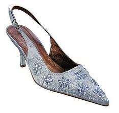 Dnes jsem konečně sehnala botičky. Ve skutečnosti jsou bílo-stříbrné. Ta barva se těžko popisuje, ale jsou opravdu nádherné!
