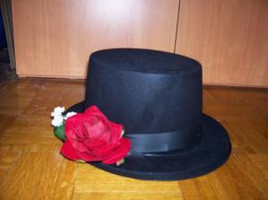 tento klobouk na auto ženicha už je doma
