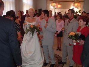 svědek ženicha bouchl šampáňo a následuje přípitek novomanželů s rodiči, svědky a starostou
