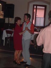 ženich tančí s mamkou