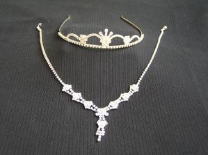 ......korunka a náhrdelník,pěkně zblízka:o))