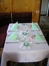 výzdoba stolů bude do světle-zelena,aby ladila s mojí kytkou a tak jsem to vymyslela takto