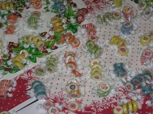 ...dárečky pro hosty (4 barevné bombóny,známe se již 4 roky:o))