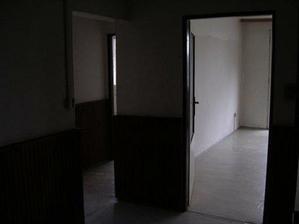 pohled z chodby do obýváku (vpravo) a chodbičky vedoucí do kuchyně a pokojíku