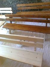 Konečne začíname maľovať lavice