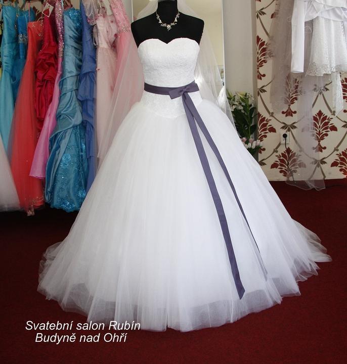 Www.svatebnisaty.mimishop.cz  -  Svatební a plesové šaty: půjčení, prodej, ušití na zakázku - Svatební šaty a závoj ušité na zakázku pro naši nevěstu. Možno ušít v jakékoli barvě a velikosti.
