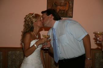 Novomanželský přípitek s pusinkou.