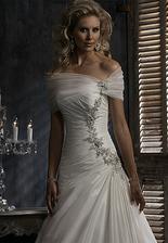 budu mít tyto šaty se zdobením a tylovou aplikací přes ramena....spíše bych vynechala náhrdelník...tak jako ho nemá modelka