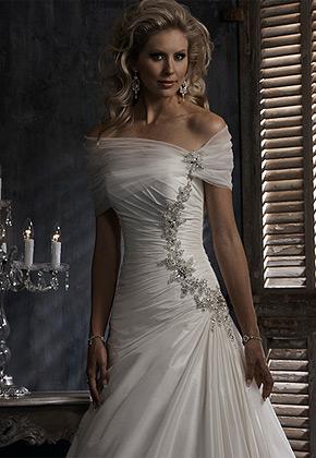 Jakou bižuterii zvolit...??? - budu mít tyto šaty se zdobením a tylovou aplikací přes ramena....spíše bych vynechala náhrdelník...tak jako ho nemá modelka