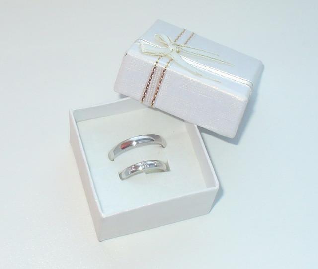 """Zásnubní prstýnek, ten úžasný šperk, který odstartoval moje současné a hlavně nádherné """"starosti"""" :-) - ...naše snubní :-)"""