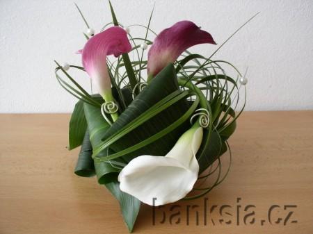 Květiny - dnes mi byla nabízena v květinářství kytice z kal barvy předchozího a tohoto obrázku-prostřední květ...ta barva přechází aý do takové tmavé....můžu mít tuto květnu k růžové tabuli??