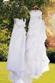 dvoje svatební šaty, 38