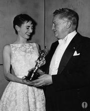 a Audrey Hepburn při předávání Oscarů.