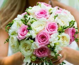 Hodně podobnou kytici jsem si vybrala, jen ty růže budou světlounké.