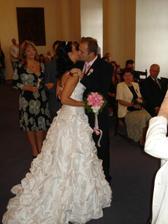 První novomanželský polibek:-)
