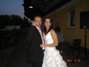 A jde se na první novomanželský tanec...