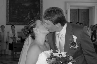 První manželské políbení.....