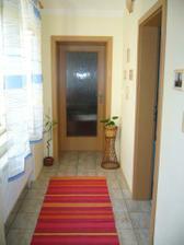 Chodbička vedoucí do ložnice a okno směřující do koupelny