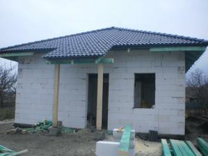 14.12. pohlad na dom a strechu v skoro finalnej podobe- este budeme menit skriidlu za okrajovu na strieske