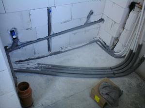 18.3.2012 technicka miestnost- protizapachovy uzaver pre pracku, odpad pre kondenz od kotla, hlavny privod vody na pravej strane