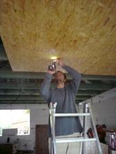 20.4.2012 garaz- davame podhlad z OSB dosiek kvoli montazi brany