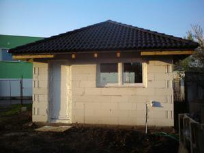 21.4.2012 garaz zo zadnej strany sice zamknuta- z prednej volny trojmetrovy vstup ;)