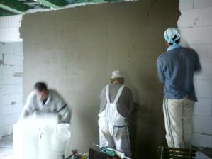 4.5.2012 po dlhom čase brigáda- naťahujeme lepidlo a sieťky na všetky steny