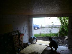 4.5.2012- zrazu nás bolo v dome veľa- začali sme s podhľadom z OSB dosiek v garáži