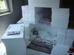 24.6.2012 zatiaľ nepoužité 6-tky ako ideálny domček na spanie- lepšie ako kočík