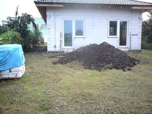 11.7.2012 ešte raz moja kôpka zeminy- keď som sa už toľko narobil ;)