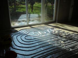 14.7.2012 predzaliata rúrka pod oknom v obývačke- ako jediná nebola ukotvená (kvôli ytongu)