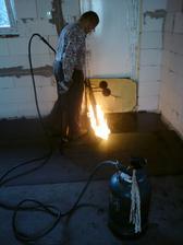 18.7.2012 - deň predtým sme vypratali všetko z garáže, vyzametali, napenetrovali a dnes nalepili IPU