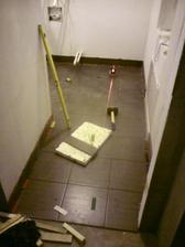 1.8.2012 doložené obkladačky (proti okopávaniu stien)