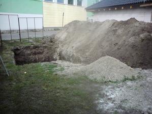 16.8.2012 štruktúra našej zeme- čierna zem asi do 2m, potom skoro 1m čistého piesku a pod tým štrk s vodou ;)