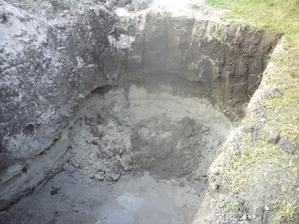 17.8.2012 ráno ma čakala jama a v nej odvalená vrstva piesku- skočil som dole, vyrovnal- veď ešte máme rezervu...