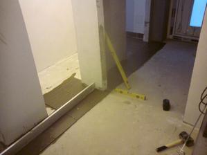 17.8.2012 a na fajront som položil prvý rad dlažby do chodby, aby som sa od neho mohol potom odpichnúť v ostatných miestnostiach