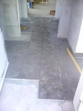 18.8.2012 som položil dlažbu aj v chodbe- to biele je obrúsený SDK a naše stopy ;)