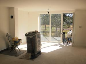 13.9.2012 obývačka- piecka zatiaľ odpojená kvôli dlažbe pod ňou
