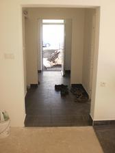 16.9.2012 pohľad z obývačky cez chodbu a predsieň