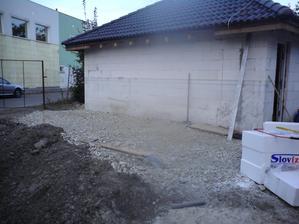 6.10.2012 vyrovnaný podklad pri garáži- mali doviezť drevo- presunuli na pondelok