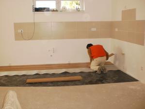 13.10.2012 začíname klásť kúsok podlahy, aby sme mohli začať montovať kuchyňu