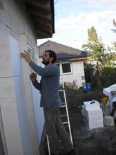13.10.2012 samozrejme pokračujeme aj so zatepľovaním- deľba práce- ja vonku