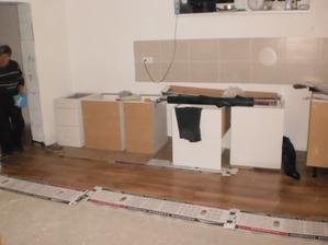 14.10.2012 a ženuška zatiaľ zmontovala vo vnútri všetky spodné skrinky od linky