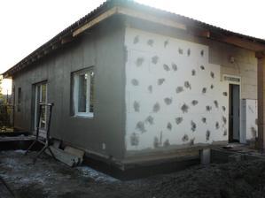 20.10.2012 večer- dokončená aj druhá dlhá strana- na okne ešte musím dolepiť APU lišty